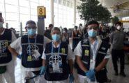 Hugo Ginzberg, el primero a la derecha, y sus compañeros en el aeropuerto de Guayaquil.