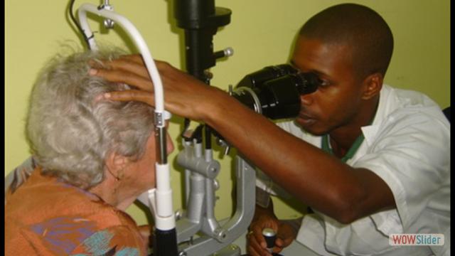 Médico cubano atiende a una paciente argentina en Bolivia.