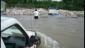 Médicos cruzando un rio para llevar la misiones a zonas aisladas.